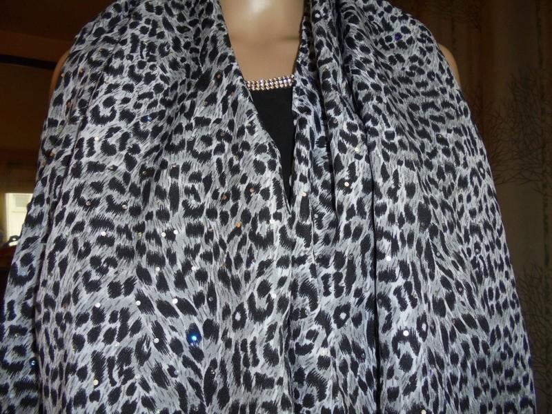 76163f805ce1 Etole, écharpe en coton imprimé animal gris, noir et blanc avec ...