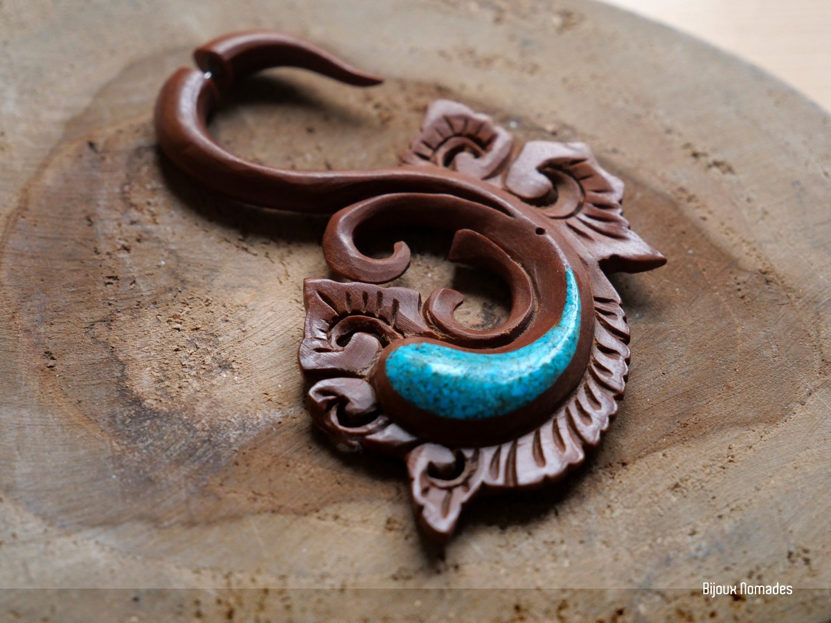Feuille De Pierre Stoneleaf 1 faux-retractor earring carved in natural wood and turquoise stone - leaf  design