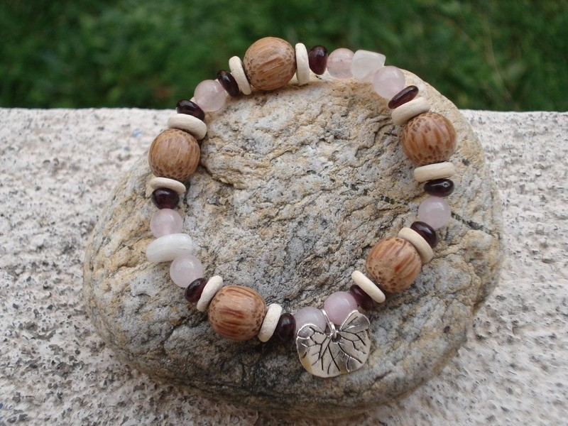 Bracelet élastique multicolore en perles de bois de cocotier artisanat Indonésie