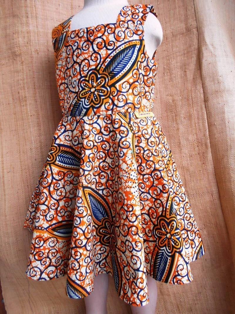 Robe fillette à bretelles, wax jaune bleu motifs floraux, avec jupe ... d0c7cf43712
